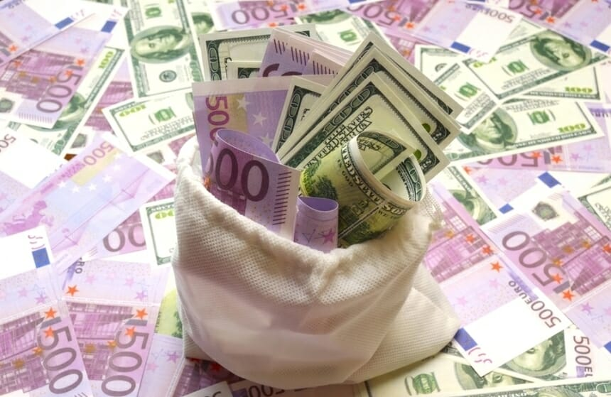 Leul a crescut luni la 4,9238 unităţi pentru un euro