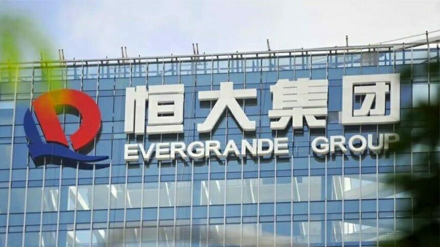 Dezvoltatorul imobiliar chinez Evergrande, cu datorii de 300 de miliarde de dolari, a început să plătească investitorii cu proprietăţi imobiliare